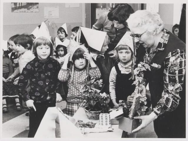"""081626 - Zr. van Dongen viert haar 12½ dienstverband bij Kleuterschool """"De Ark""""te Rijen."""