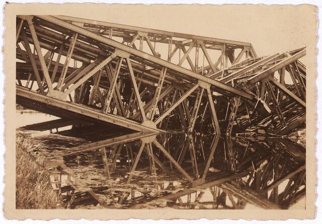 013443 - Tweede Wereldoorlog.  Vernielingen. Vernielde spoorbrug over het Wilhelminakanaal nabij de Bosscheweg. De brug maakte deel uit van het traject Tilburg - 's-Hertogenbosch - Eindhoven