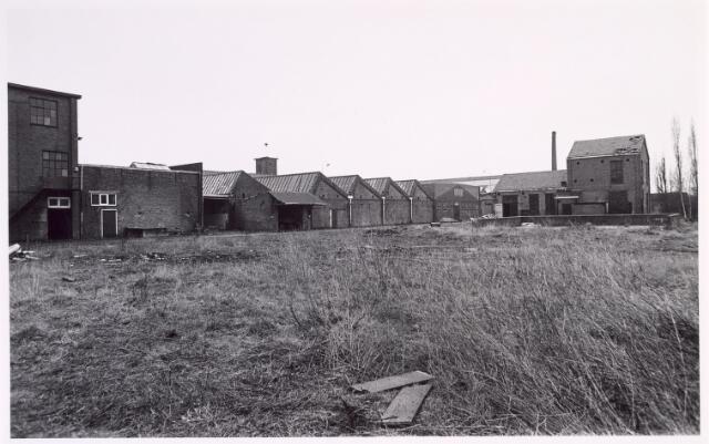 016873 - Fabriekscomplex van looieri/wolwasserij Bernard Pessers. Van links naar rechts:  de afdeling pelsbereiding, de achterzijde van de kantine, het nathuis (met sheddaken), de looierij en de ontvettingsafdeling.