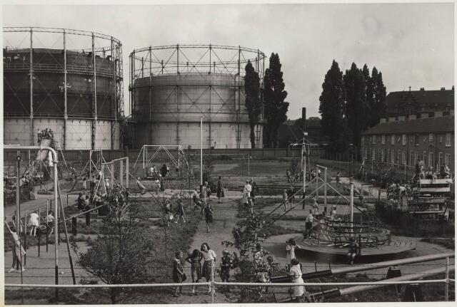 030686 - Mgr. Mutsaers Speeltuin. Op de achtergrond voor de gashouders de Buitenstraat en rechts de Le Sage ten Broekstraat.