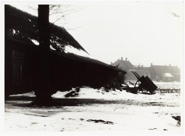 008498 - Achterzijde huis, met schuur, rommel en kar, in de winter gefotografeerd door Henri Berssenbrugge (1873-1959) begin 1900.