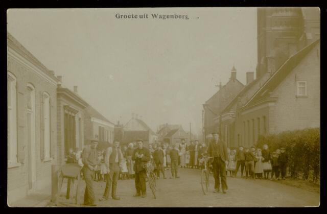 91848 - De toenmalige inwoners van Wagenberg poseren voor de fotograaf in de Dorpstraat.