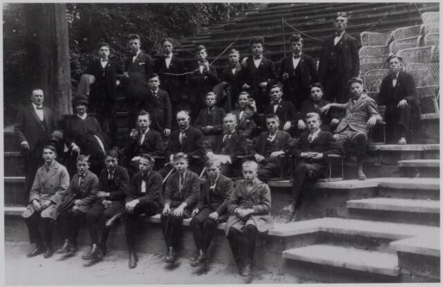 040977 - jeugd R.K. Werkliedenvereniging Tilburg. Foto waarschijnlijk gemaakt in Valkenburg ± 1925.