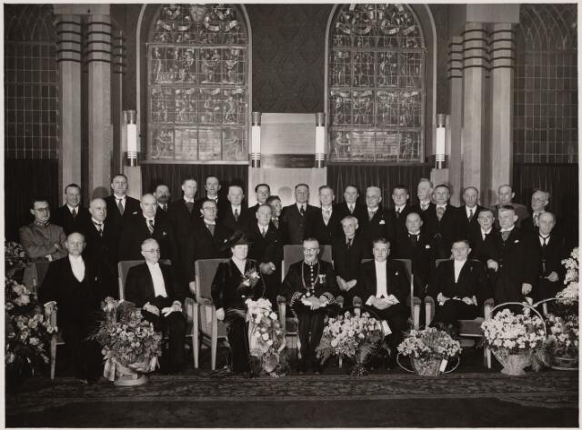 103390 - Installatie van burgemeester mr. Jan C.A.M. van de Mortel op 20 januari 1940. voorste rij: wethouder Scheidelaar, wethouder Eijkemans, mevr. van de Mortel-Houben,  burgemeester Van de Mortel, waarnemend gemeentesecretaris G. Kevenaar, wethouder Laurens Janssens.