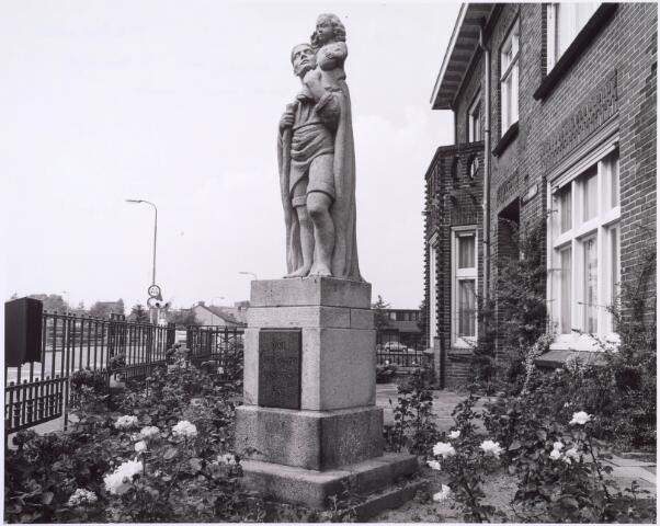 022468 - Beeld van St.-Christoffel  in de tuin van het pand Hoevenseweg 2. Het werd opgericht ter herinnering aan pastoor Aelen. De vervaardiger van het werk is helaas onbekend