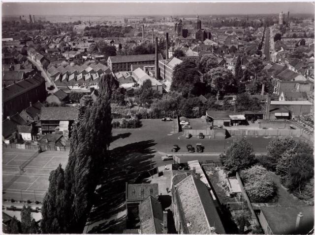 036379 - Panorama van Tilburg vanaf de toren van de Heikense kerk; op de voorgrond de Raadhuisstraat; in het midden de kerk van St. Anna, Capucijnenstraat en links achter de watertoren.