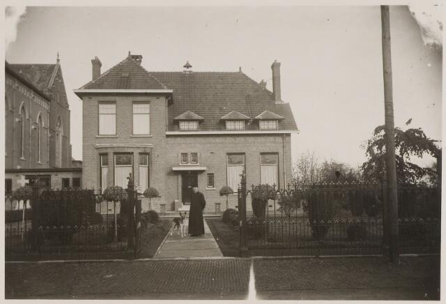 084567 - Pastorie St. Bernarduskerk. In tuin pastoor H. Moors (1921-1934)