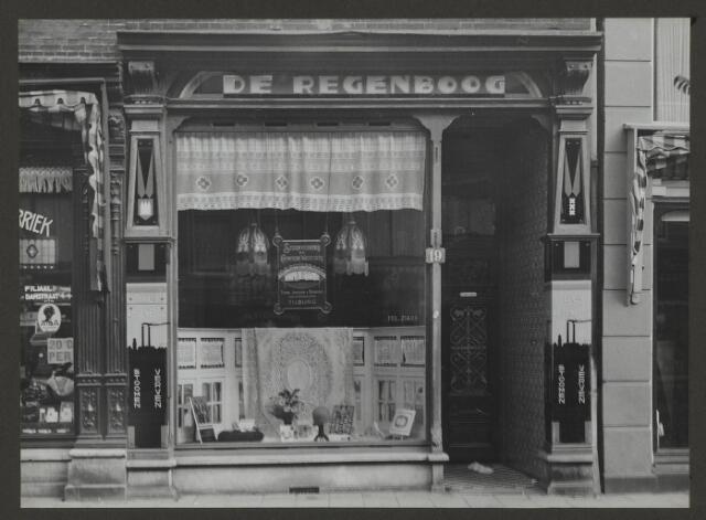 071880 - Het fillaal van stoomververij en chemische wasserij De Regenboog aan de Van Woustraat 19 te Amsterdam. De foto is afkomstig uit een album dat werd gemaakt en aangeboden naar aanleiding van het 40-jarig jubileum van textielfabriek De Regenboog van de firma Janssen en Bierens uit Tilburg op 2 december 1930.