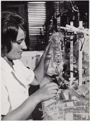 041924 - Gezondheidszorg. Ziekenhuizen. Verpleegster van de afdeling sterilisatie of infusenkamer van het Maria Ziekenhuis, nu Tweestedenziekenhuis