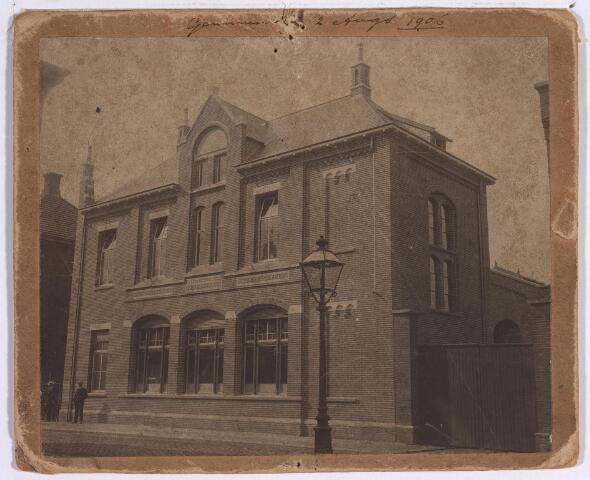 025143 - Voorgevel van een van de gebouwen van de gemeentelijke gasfabriek aan de Lange Nieuwstraat in augustus 1906