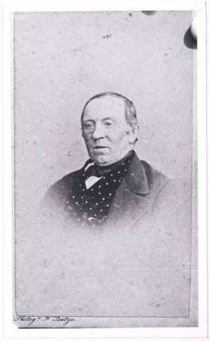 004942 - Hein KNEGTEL (Henricus Gerardus, Tilburg 1808-1877) had een bakkerij aan de zuidkant van de Heuvel. Hij trouwde in 1834 met Cornelia van Loon (Tilburg 1812-1857). Hein was een vermogend man en bezak enkele huizen benevens 31 hectare grond in en rond Tilburg. Na zijn dood namen zijn zoons Alphons en Joseph de zaak over. De bakkerij, met zeven knechten en twee dienstbodes, heeft na de dood van de ongehuwde Joseph, geen opvolgers meer gehad. In 1915 laat Theo Knegtel het huis met de karakteristieke klokgevel afbreken en bouwt er een garage, die in 1981 plaats maakt voor winkelcentrum Heuvelpoort.