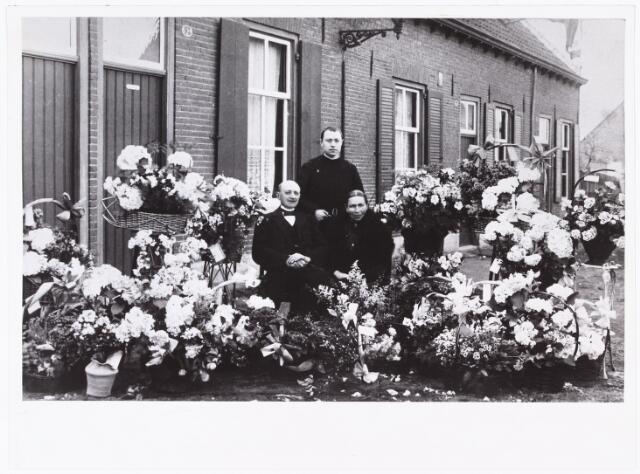 007678 - Familie van Puijenbroek, Tilburg. Bernardus van Puijenbroek (Lage Mierde 23.7.1850-Tilburg 26.9.1934) en zijn vrouw Antonia Smulders (Tilburg 25.101852-9.10.1927) gefotografeerd ter gelegenheid van hun gouden bruiloft op 6 oktober 1924. In het midden de jongste van hun 11 kinderen Henricus Antonius Leonardus van Puijenbroek geboren in Tilburg op 21.11.1896 en overleden op 26.4.1971. Henricus trad in bij de Broeders van Liefde op 19.3.1915 en nam de naam  Broeder Emilianus aan.