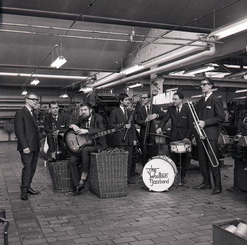 653759 - Cultuur. De Wooltown Jazzband. Foto gemaakt in een wollenstoffenfabriek.