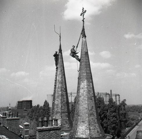 653696 - leidekkers aan het werk op torenspitsen