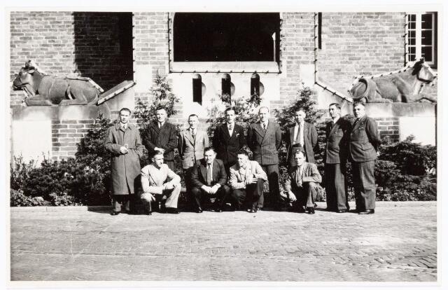 039444 -  Volt, Hulpafdelingen, Brandweer. Ter gelegenheid van het 50-jarig bestaan van de vrijwillige brandweer te Waalwijk, werden wedstrijden georganiseerd waar Volt aan meedeed. Deelname bestond uit zowel vrijwillige gemeente brandweren en bedrijfs brandweren. De Volt brandweer werd bij de wedstrijden eerste. De winnende ploeg bestond uit: staand v.l.n.r.: v. Peer, NN, Hazendonk, Broers, Derks, Overveld, NN en Moeskops. Zittend v.l.n.r.: v. Iersel, v. Roosendaal, v. Oort en NN.