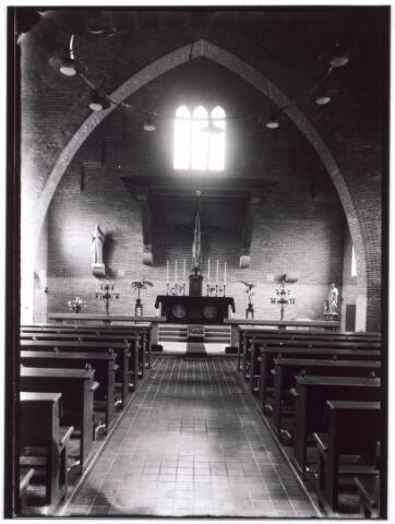 016785 - Mariëngaarde. Interieur van de kapel van pension Mariëngaarde. De kapel werd op 2 februari 1945 getroffen door een  V1, waardoor in totaal 22 mensen gedood werden. In de kapel was juist een H. Mis aan de gang vanwege Maria Lichtmis. De priester, Mgr. Sweens en zijn misdienaar Wim van Pelt, alsmede 8 aanwezige bewoners vonden de dood. In de aangrenzende van Meursstraat kwamen nog eens 12 mensen om. De kapel werd binnen een jaar weer identiek herbouwd.