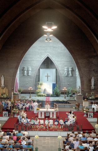 655263 - Viering van een eerste communie in de Sacramentskerk Tilburg op 20 april 1986.