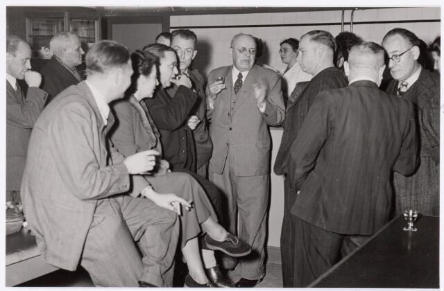 039426 - Volt, Zuid. Hulpafdelingen, Administratie. Afscheid van de heer Hubert per 1 januari 1950. Hubert was procuratiehouder van Volt vanaf 1917. V.l.n.r. op de voorgrond: Schuren, NN, Vollaers, Repko, Hubert, Riet Zebregts, Vroom, Kuijsters en Burgers.