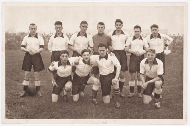 """054121 - Voetbal. LONGA. Het eerste elftal tijdens het seizoen 1931 - 1932. Op de foto staande v.l.n.r. A.Leijnen, C.Koolen, H. Pelikaan, A. Verhoeven, J.Looykens, F.Leynen en H. Leynen. Knielend v.l.n.r. J.v.d.Hoven, J. Pollaert, L.Gehring en M.van Houtum. Pelikaan zou in 1932 in het nationaal Nederlands elftal spelen tegen België. De afgebeelde foto was gratis verkrijgbaar tegen inlevering van 10 """"Batco-punten"""". Deze punten waren verpakt bij de bekende sigarettenmerken, die in de jaren dertig in Nederland op de markt werden gebracht."""
