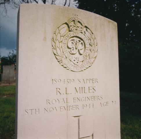 064345 - Begraafplaats Vredehof. Graf van soldaat R.L. Miles, gesneuveld bij de bevrijding van Tilburg .