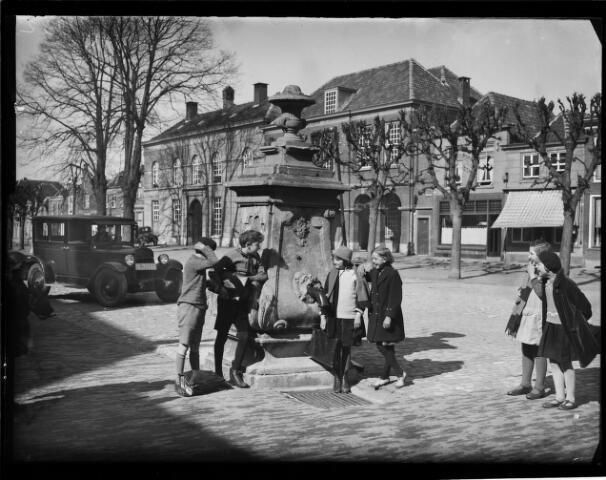 500442 - Rijksmonument. Waterpomp op de markt van Geertruidenberg  Een van de vier monumentale waterpompen die Geertruidenberg rijk is. Zij zijn gebouwd in de achttiende eeuw van de hand van Guilliam Carrier.