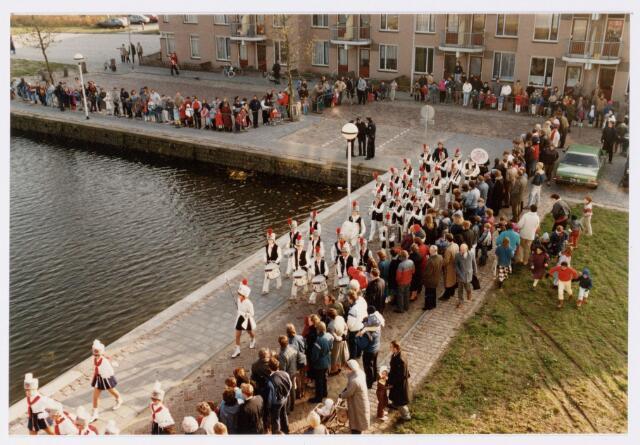 053239 - Intocht van St. Nicolaas op 17 november 1985. foto: aankomst bij Tamboerskade, opstelling majorettencorps en verwelkoming van Sinterklaas.