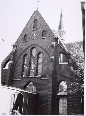 018048 - Voorzijde van de kapel van het Ursulinenklooster van de zusters JMJ en niet de achterzijde. De verbindingsgang (met het klooster) is gesloopt bij de bouw van nieuwe flats aan de Elzenhof.