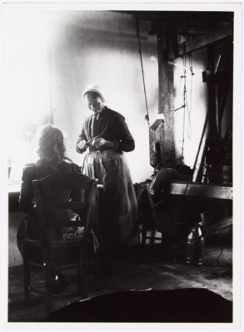008553 - Vrouw en meisje bij weefgetouw, gefotografeerd door Henri Berssenbrugge (1873-1959).