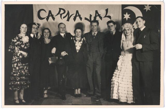 005000 - Op deze Carnavalsfoto zouden o.a. te zien zijn: mw. Lejeune-Van Kessel, Jo Lejeune, slager, mw. Guusje Van Kruisselberge-Blommaert en haar man Ad van Kruisselberge.