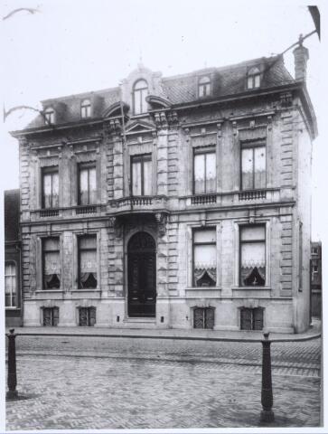 020880 - Woonhuis van H. Verbunt aan de Heuvel, op de hoek met de Veemarktstraat. Het werd waarschijnlijk gebouwd op het eind van de 19e eeuw. Later vestigde zich verzekeringsmaatschappij 't Hooge Huys in het pand, dat op de gemeentelijke monumentenlijst staat