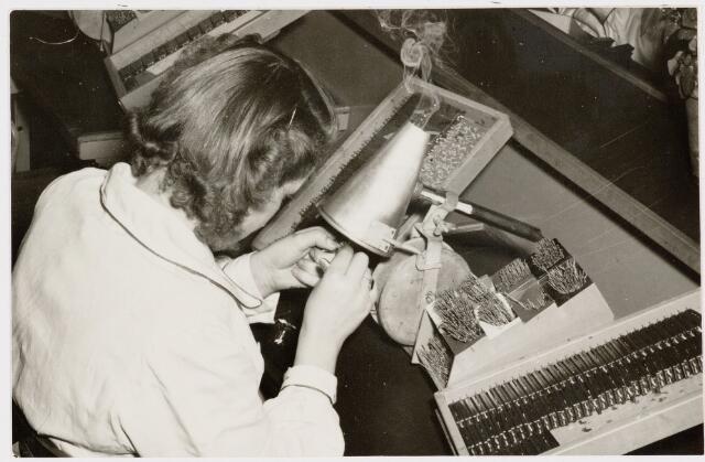 050135 - Volt, Produktie, Fabricage, Spoelen. Het samenstellen van spoelen, mogelijk de micro bandfilter spoel of de circuit unit. De foto is van omstreeks 1960 en misschien genomen in Oosterhout.
