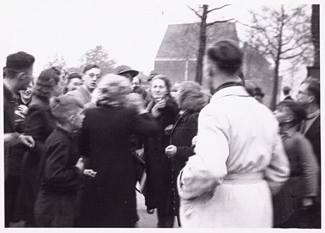 013261 - WO2 ; WOII ; Tweede Wereldoorlog. Bevrijding. Hartelijk onthaal voor de Schotten door bewoners van de Enschotsestraat