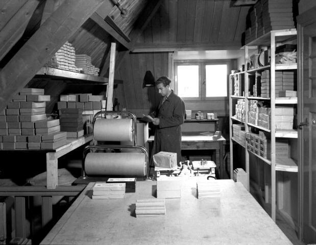 650549 - Schmidlin. De expeditieruimte van W. Hollestein, vertegenwoordiger in sigaren, aan de Lange Schijfstraat, 1949.