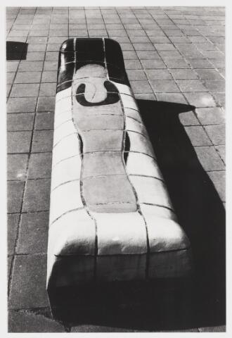 """067694 - Een van de VIER ZITBANKEN, door Jan SNOECK, op de pauzeplaats van het """"Cobbenhage-College"""". Zie Foto nr. 6793.  Trefwoorden: Kunst in de openbare ruimte.Onderwijs."""