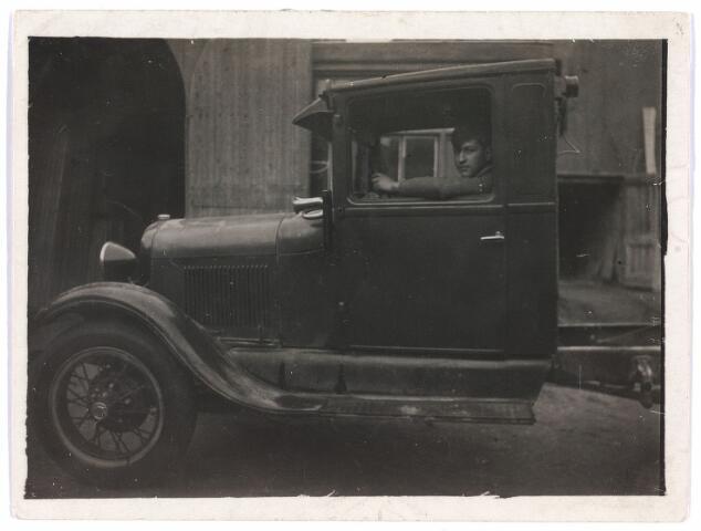 007467 - Petrus Henricus Cornelius van Meerendonk geb. Tilburg 23-7-1911, zoon van Cornelius Josephus van Meerendonk en Josina Maria Zebregs. Op deze foto net zijn rijbewijs gehaald 23-7-1929.