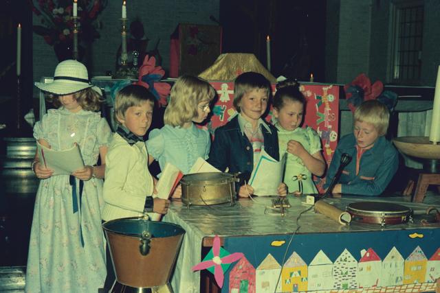 1237_012_978_004 - Religie. Kerk. Katholiek. Communicanten. De eerste Heilige Communie in de Sint Lidwina parochie in mei 1976.