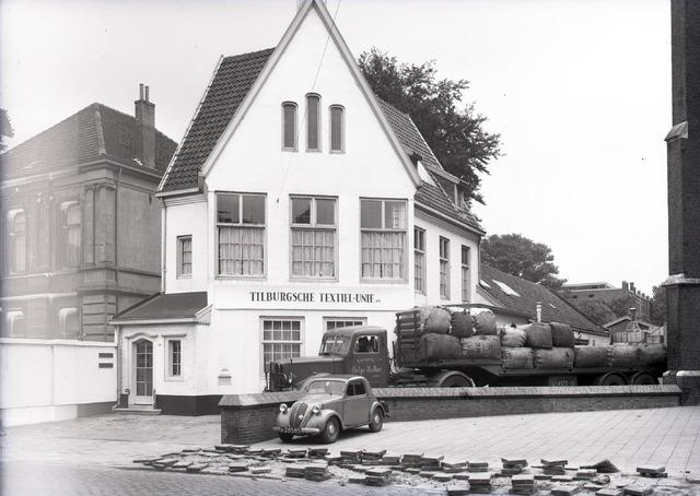 653694 - Gebouw van de Tilburgsche Textiel-unie. Op de voorgrond een auto met kenteken N28585