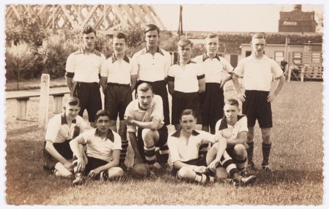 054122 - Elftal van voetbalclub Longa. Op de achtergrond de spoorbrug.