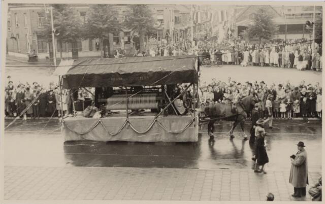 049022 - Festiviteiten te Tilburg b.g.v. het 50-jarig regeringsjubilé van Koningin Wilhelmina op 6 september 1948. Aankomst van koning Willem II bij de 'Vier Winden' aan de Bredaseweg ter hoogte van het oud Belgisch lijntje.  Verslag over deze festiviteiten met optocht staat in het Nieuwsblad van dinsdag 7 september 1948. De stoet trekt over het Willemsplein.
