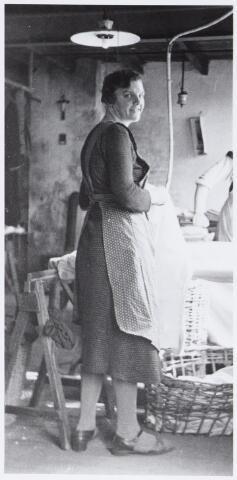 057178 - Oisterwijk. Strijkafdeling van Stoomwasserij Reingoed te Oisterwijk in de jaren dertig. De wasserij was gevestigd aan de Roode Brugstraat, later kartonnagefabriek. De vrouw is Gertruda Goverdina Groenland-Cornelissen, geboren 14 april 1906, overl. 26 september 1977.
