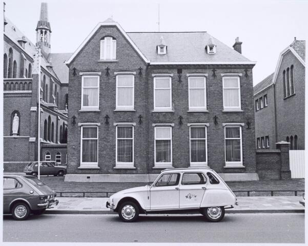 020471 - Pastorie van de parochie Hasselt. Links de kerk van Onze Lieve Vrouw van de H. Rozenkrans en rechts de St.- Anthonisschool