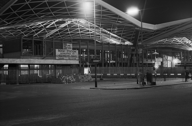 655204 - Station Tilburg in aanbouw. Nachtopname.
