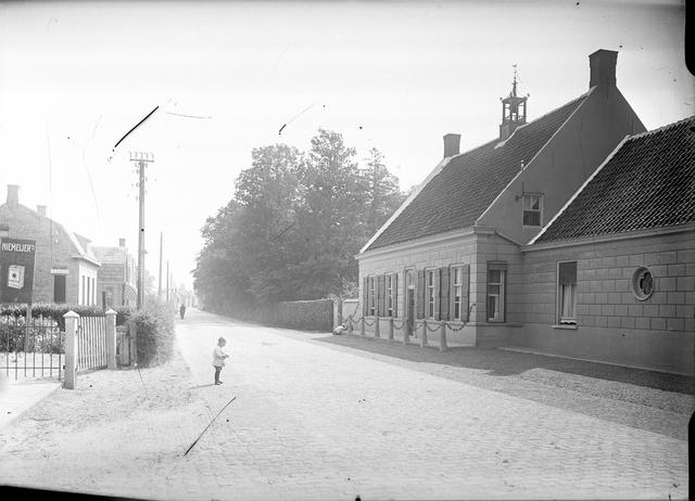095039 - Dorpsbeelden Made. Straatgezicht in de jaren dertig. Op straat staat een kind.
