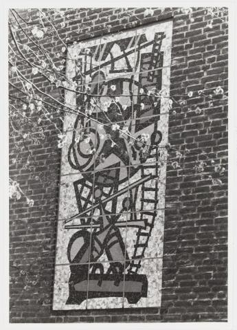 """067664 - GYMNASTIEK. Tegelmozaïek van de Tilburgse kunstenaar Frans MANDOS (1910-1977). Lokatie: kopgevel van de gymnastiekzaal van de R.K. Basisschool """"Don Sarto"""", Oude Hilvarenbeekseweg 1. Realisatie 1969. Te midden van allerlei gymnastiektoestellen wordt het centrum van de voorstelling gevormd door een kind met een hoepel. Het is een speelse variant op de gebruikelijke illustratie in oude boeken over de menselijke anatomie, waarbij een naakte figuur met uitgestrekte armen en benen in een cirkel is geplaatst. Trefwoorden: Kunst in de openbare ruimte. Onderwijs."""