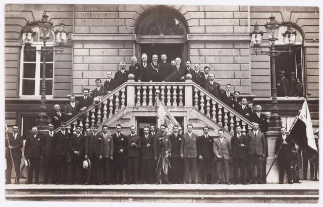 054223 - Sport. Voetbal. R.K.T.V.V. In 1930 werd RKTVV Wilhelmina Kampioen van de R.K.Federatie. Ter gelegenheid hiervan werden zij ontvangen door het stadbestuur. De foto is genomen voor het oude stadhuis aan de Markt