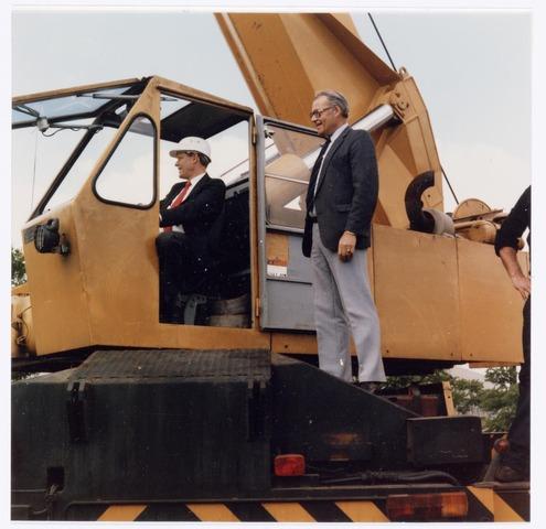 038941 - Volt Noord. In 1985 kwam het W.W.C.-Laboratorium, een deel van het vroegere A.T.-Lab., vanuit Eindhoven naar Volt. De afkorting W.W.C. staat voor Wire Wound Components ofwel draadgewonden producten. Ontwikkeld werden daar o.a. spoelen, transformatoren en lijntransformatoren (L.O.T.) ook wel lijntrafo´s genoemd.  Met die komst werd fysiek het hoogste punt van Volt bereikt. Op 15 juni 1985 werd namelijk een mast van 45 meter hoogte geplaatst voor de ontvangst van radio- en televisiesignalen ten behoeve van de ontwikkeling W.W.C.  Ir. Jan Iding, destijds directeur van Volt in de cabine en Ir. H. Uurbanis, groepsmanager van Consumer Electronics helpen mee de mast omhoog  hijsen.