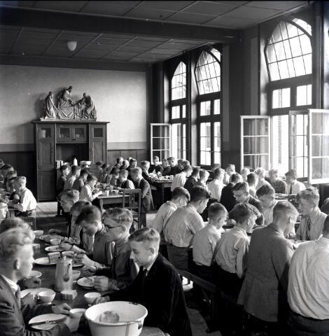 650640 - Schmidlin. Studenten aan de broodmaaltijd in het Sint Joseph Studiehuis aan de Dr. Ahausstraat.