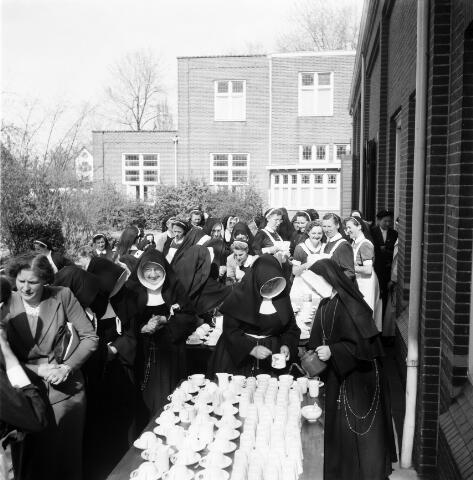 050487 - Het Wit-Gele Kruis, katholieke bond op het gebied van zieken- en gezondheidszorg. Provinciale Noord Brabantse Bond. Wijkverpleegstersdag 1954. Voorzitter: dr. C.J.M. Mol, mgr. prof. dr. F. Eeron, prof. dr. J. de Quaij en mgr. Hendriks.