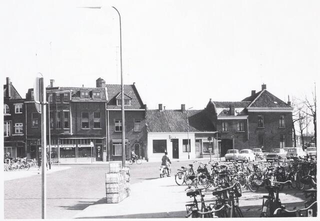 032374 - Bij de fietsenstalling op de voorgrond de verlengde Willem II-straat, links de voormalige Emmastraat en rechts de voormalige Prins Hendrikstraat thans alles afgebroken en deel uitmakende van het parkeerterrein aan het Stadhuisplein