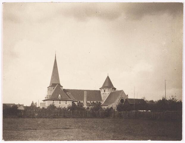 033231 - R.K. Kerk van de Kleine H. Theresia aan het Theresiaplein door bouwpastoor Mutsaers en architect A.W. Valk te Den Bosch; in april 1931 werd de kerk ingezegend.